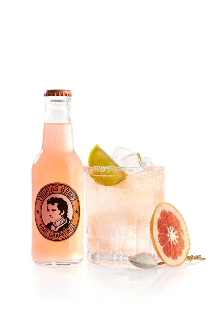 Freisteller des Drinks Pink Paloma gemixt mit Thomas Henry Pink Grapefruit