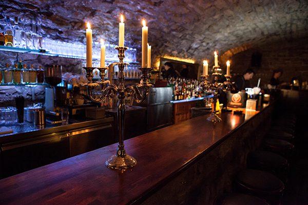 Der Tresen der Schwarz Weiß Bar in Ludwigsburg