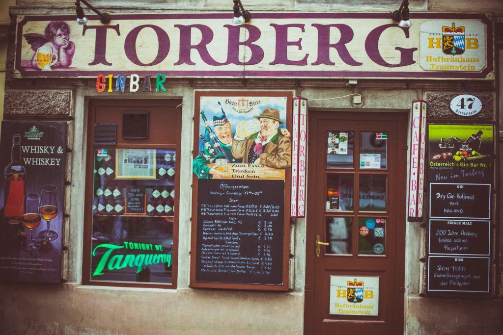 Der Eingang der Torberg Bar in Wien