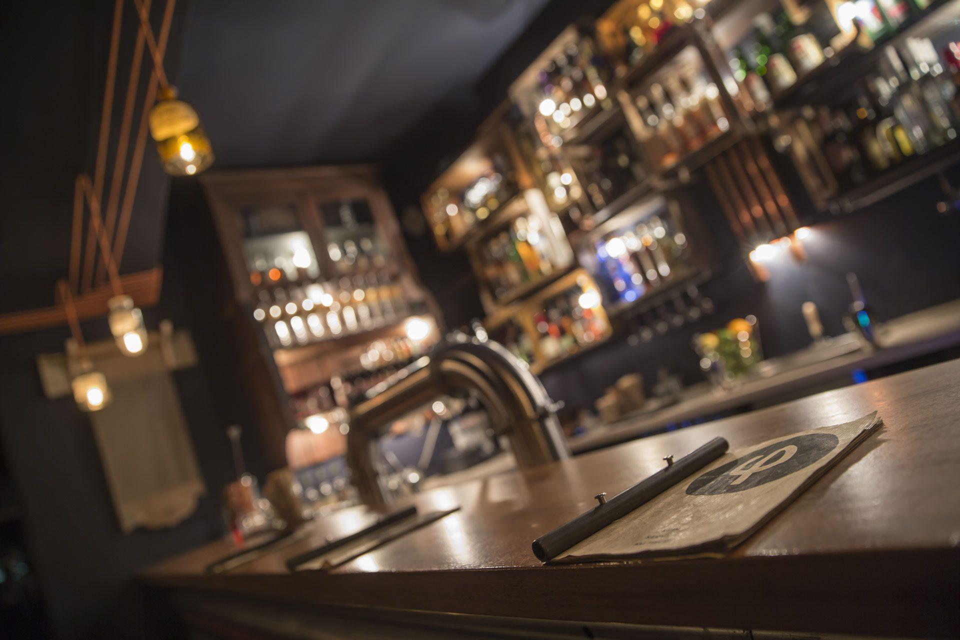 Behind Bars: Kleines Phi - Thomas Henry
