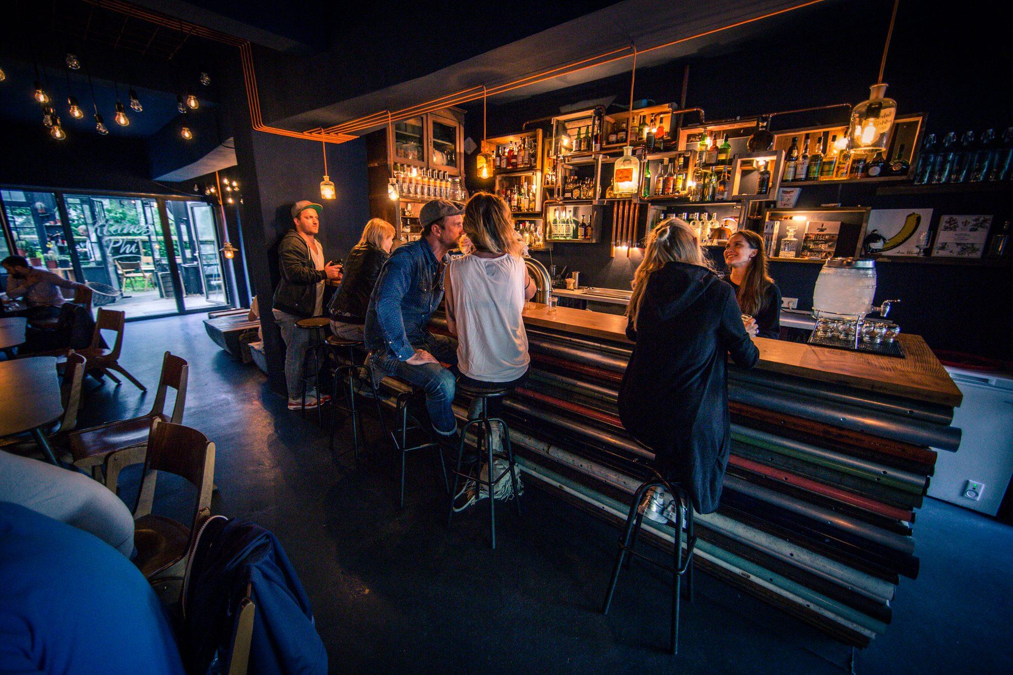 Einblick in die Bar Kleines Phi in Hamburg
