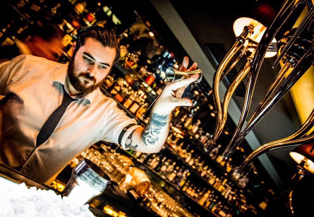 Der Bartender in der Gekko Bar Frankfurt