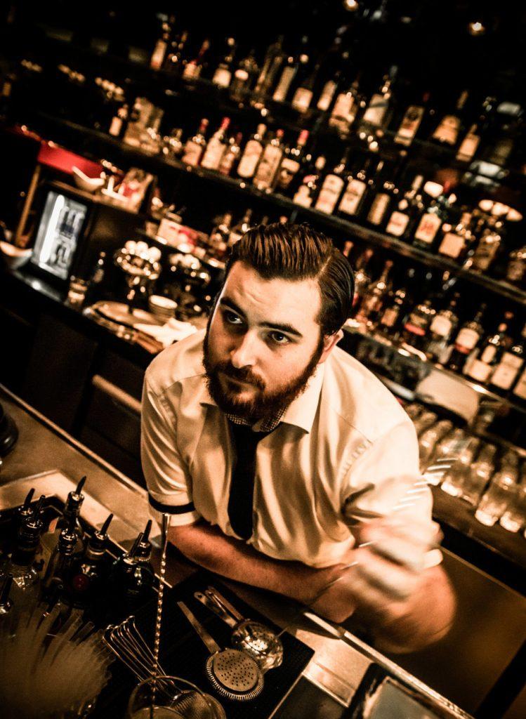 Der Bartender hinter dem Tresen in der Gekko Bar Frankfurt