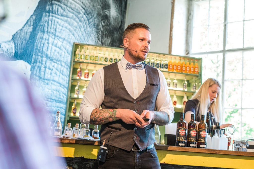 Der Bartender im House of Thomas Henry