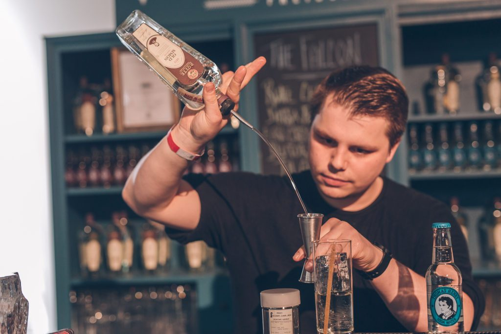 Drink-Mixing mit Thomas Henry Soda Water in der One Trick Pony Bar