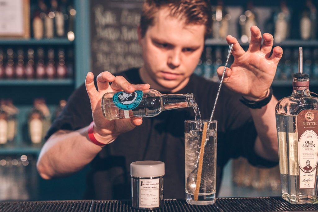 Drink-Vorbereitung mit Thomas Henry Soda Water im One Trick Pony