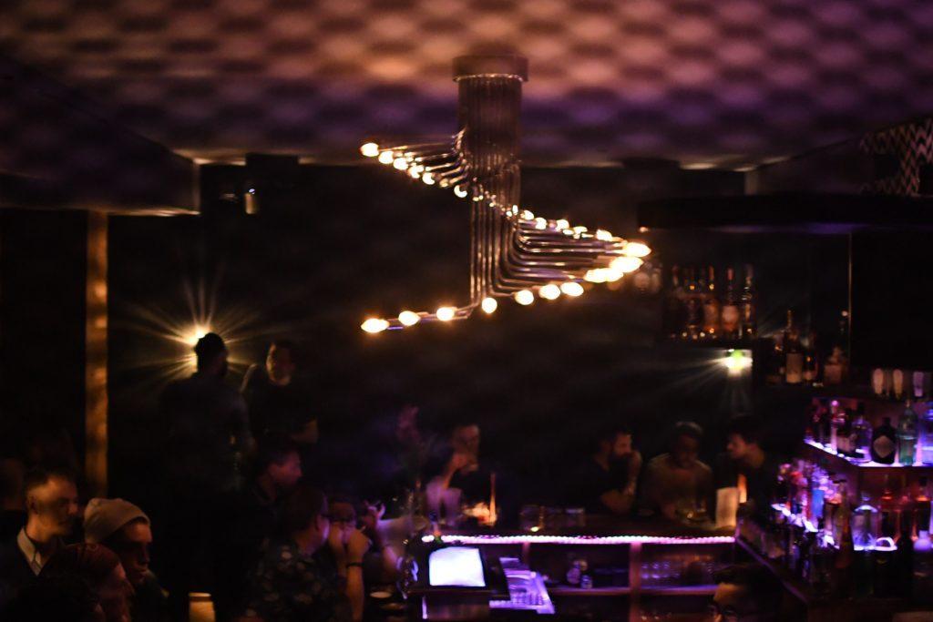 Nachtszene in der Stairs Bar in Berlin
