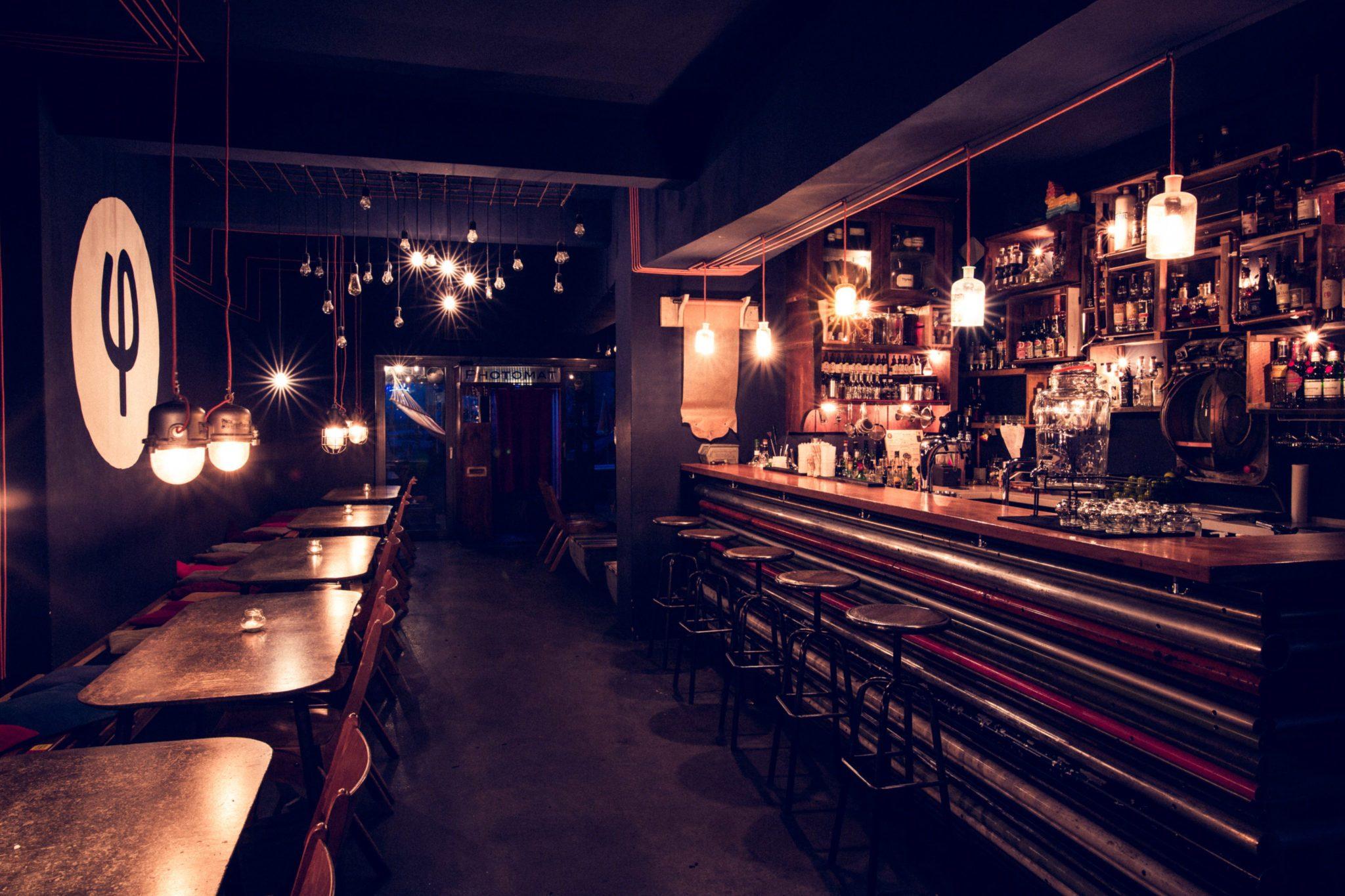 Der Tresen der Bar Kleines Phi in Hamburg