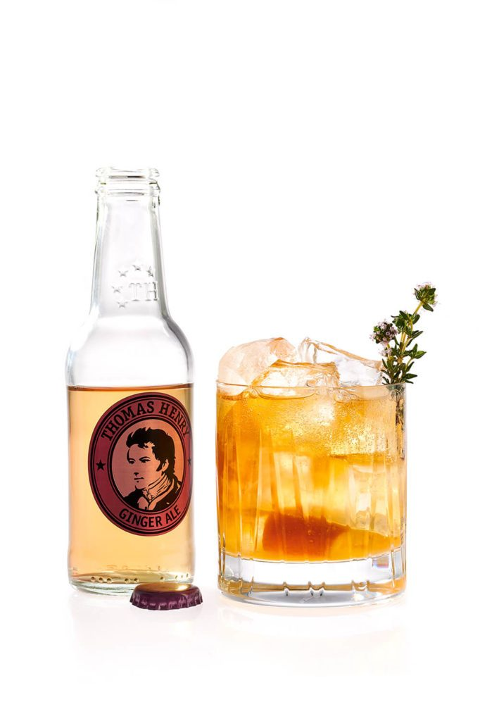 Der Barbeque-Cocktail Thyme for Whiskey mit Thomas Henry Ginger Ale