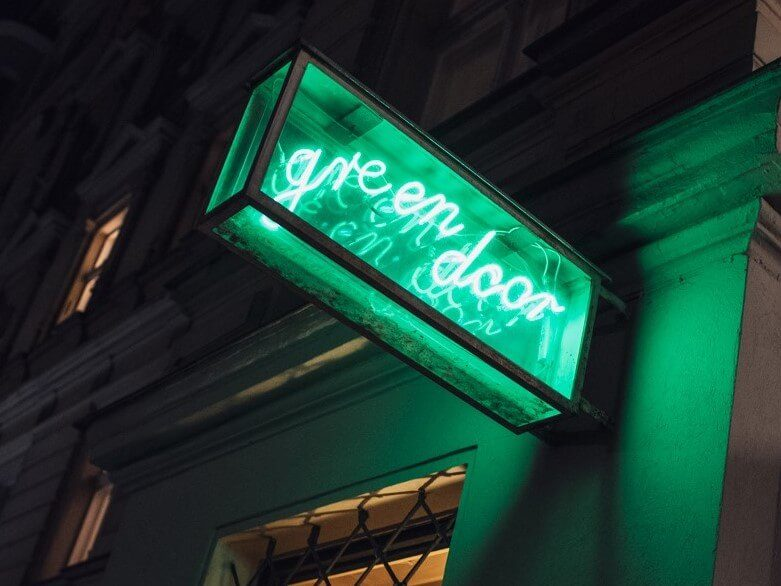 Das Schild der Green Door Bar in Berlin