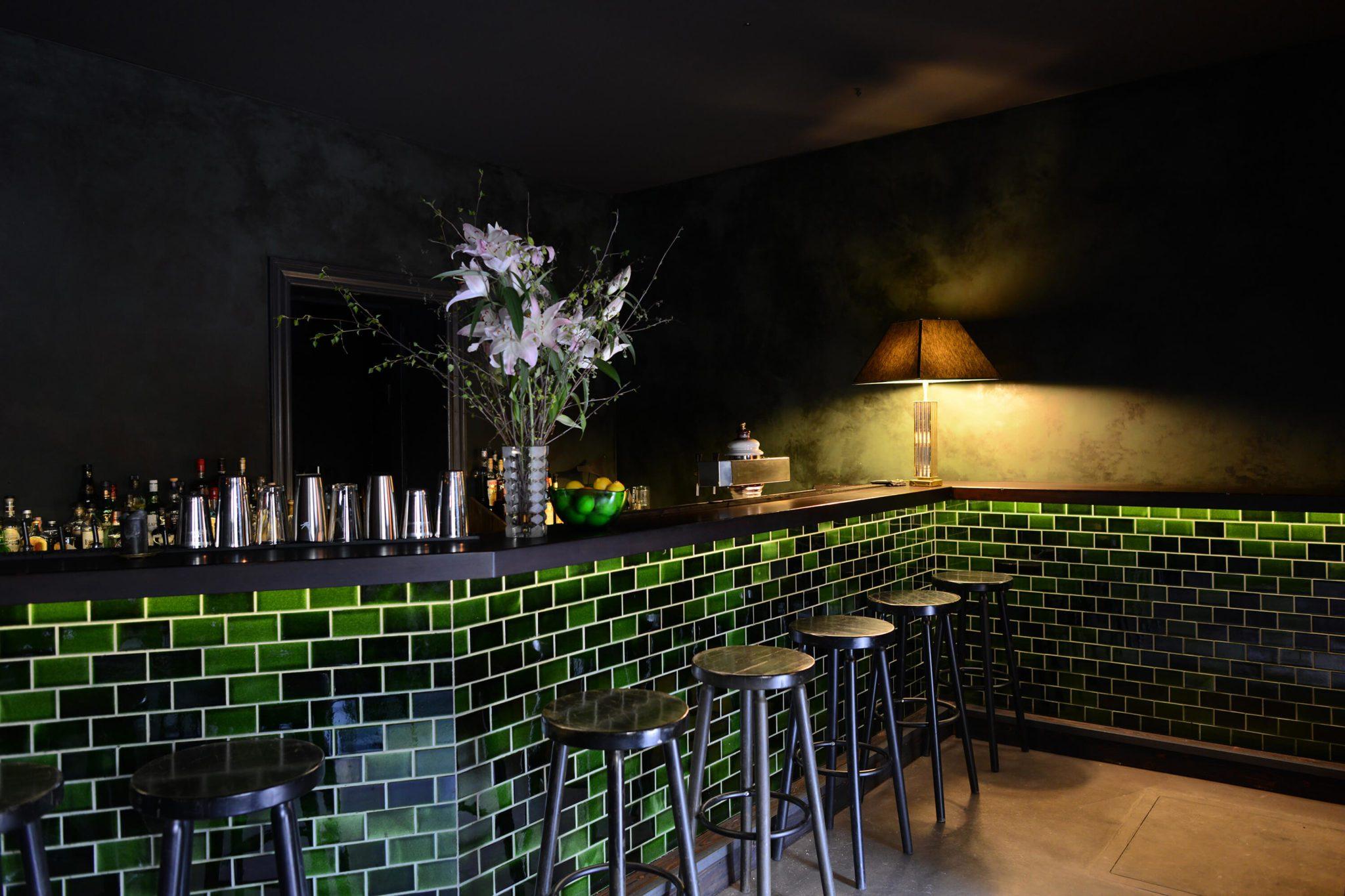 Blick auf die grüne Bar in der Basalt Bar in Berlin