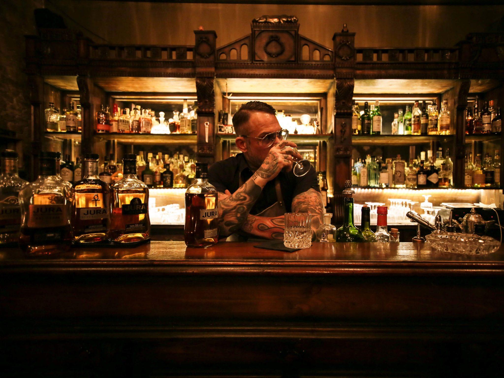 Bartender und Tresen im Perro Loco in Berlin