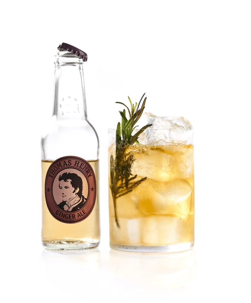 Der Cocktail Klassiker Horse's Neck mit Rosmarin mit Thomas Henry Ginger Ale
