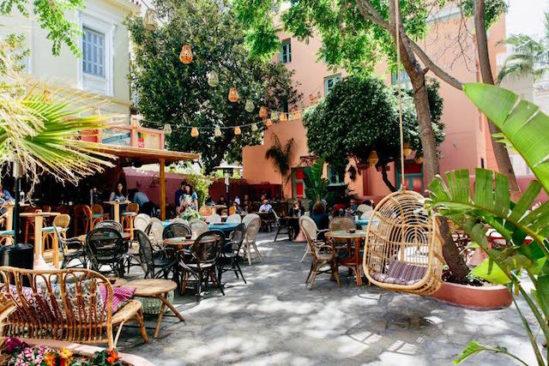 Die Außenterrasse im Ein Blick in die CHE Cocina y Barra Sudamericana Bar