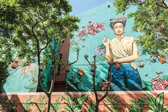 Das Frida Carlo Gemälde an der Außenfasse der Die Außenterrasse im Ein Blick in die CHE Cocina y Barra Sudamericana Bar