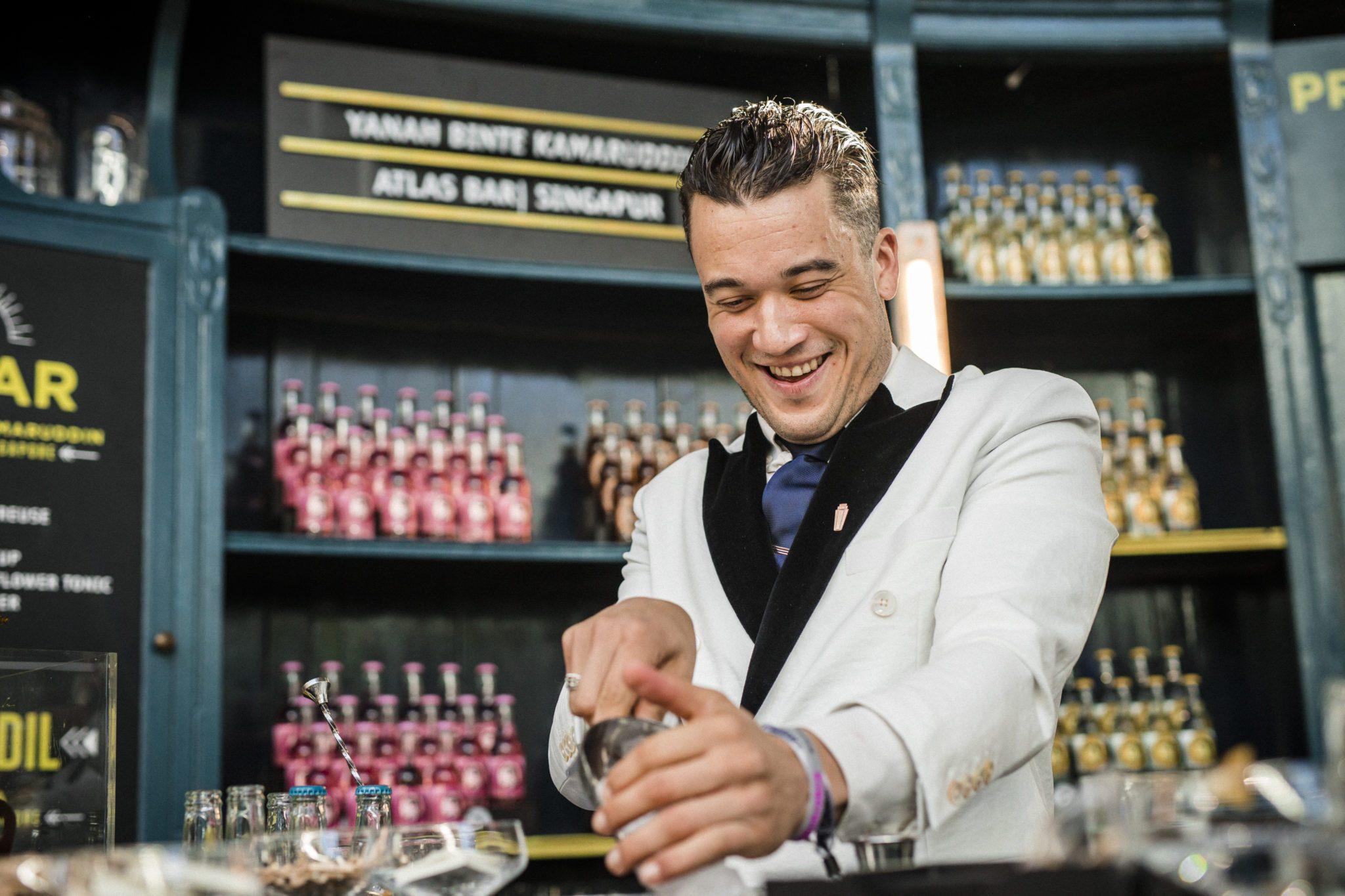 Der Bartender Jesse Vida für Thomas Henry