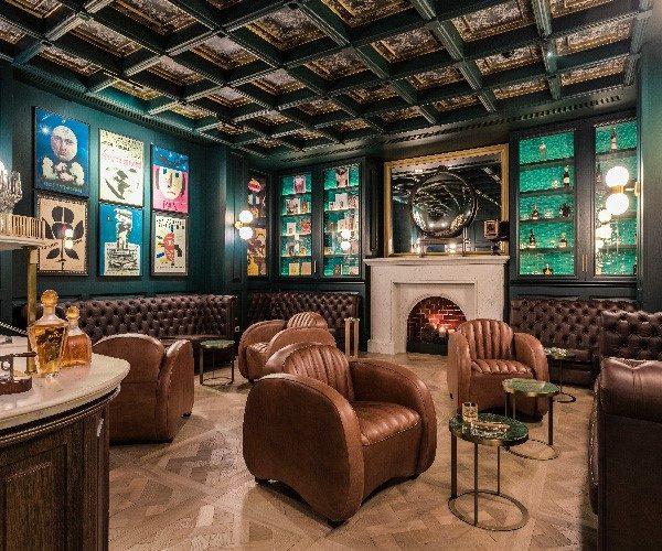 Gemütliche Sitzgelegenheiten in der Raffles Long Bar