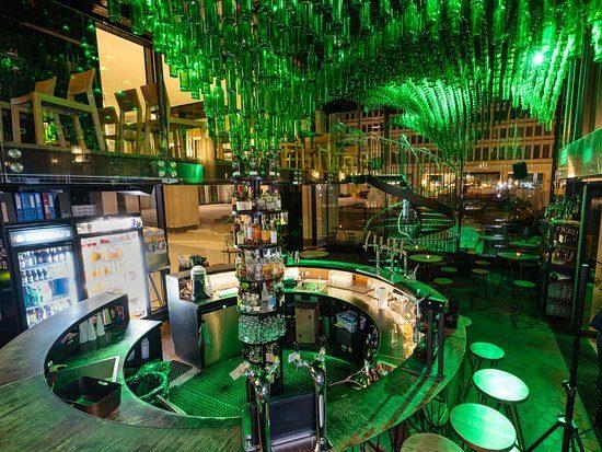 1800 Gin Flaschen hängen in der Zamieszanie Cocktail Bar von der Decke